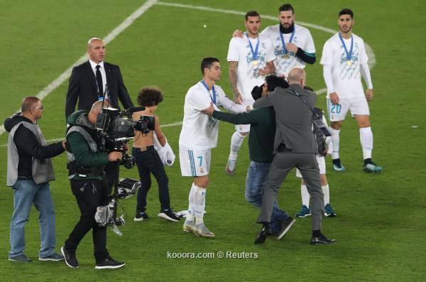 بالصور: مشجع يقتحم احتفالات ريال مدريد بأبو ظبي