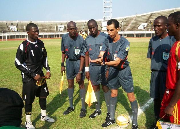 الكاف يعين طاقم تحكيمي موريتاني للقاء الوداد وصن داونز في إياب ربع نهائي دوري أبطال إفريقيا