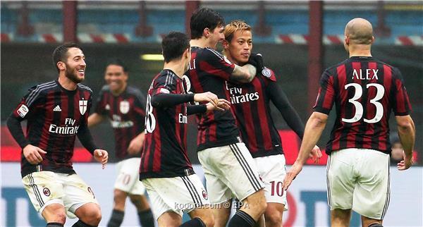 لاعبو ميلان يحتفلون مع الياباني هوندا بالهدف الثاني