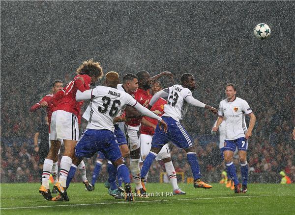 مانشستر يونايتد يفوز بازل بثلاثية