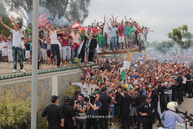 """بالفيديو والصور.. إستقبال الأبطال لمنتخب """"الخضر"""" في الجزائر Koo_15"""