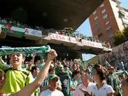 """جماهير بيتيس تستقبل حافلة ريال مدريد ب""""البيض"""""""