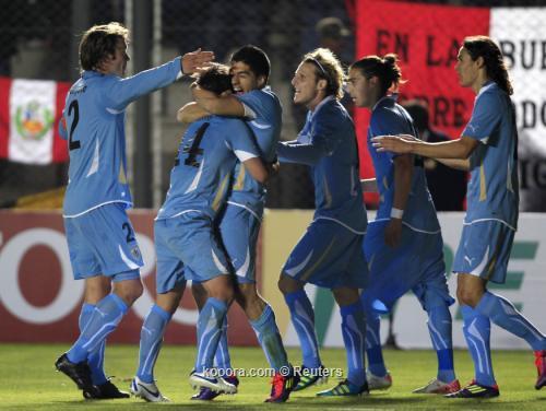 أوروجواي يقلد التانجو والسامبا ويفلت 2011-07-04t233317z_01_sju624_rtridsp_3_soccer-copa_reuters.jpg