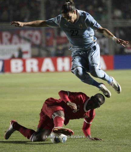 أوروجواي يقلد التانجو والسامبا ويفلت 2011-07-04t235441z_01_sju633_rtridsp_3_soccer-copa_reuters.jpg
