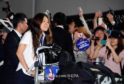 مئات اليابانيين يستقبلون منتخب بلادهم 2011-07-19-00000102830982.jpg