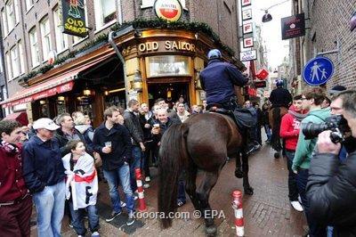 اعتقال 76 من مشجعي أياكس قبل المباراة أمام مانشستر يونايتد