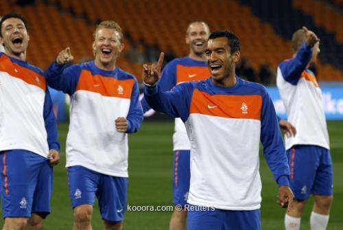 المنتخب الهولندي وقائده يحلمان بإنجاز 2010-07-10t161055z_01_wca499_rtridsp_3_soccer-world_reuters.jpg