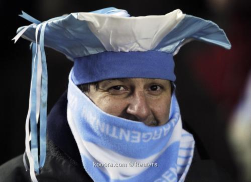 جماهير الأرجنتين تهتف بإسم مارادونا 2011-07-07t000300z_01_stf502_rtridsp_3_soccer-copa_reuters.jpg