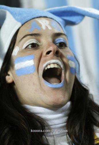 جماهير الأرجنتين تهتف بإسم مارادونا 2011-07-07t000527z_01_stf505_rtridsp_3_soccer-copa_reuters.jpg