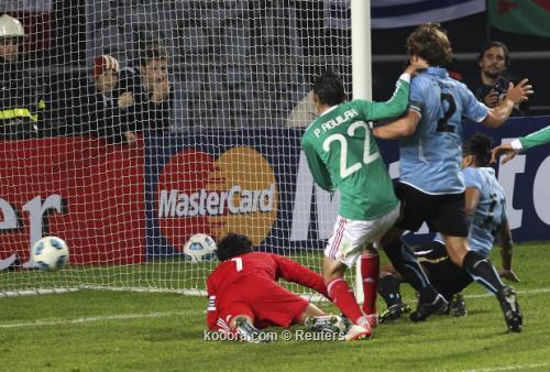 أوروجواي تفلت من كمين مهاجميها 2011-07-13t015532z_01_mdz540_rtridsp_3_soccer-copa_reuters.jpg