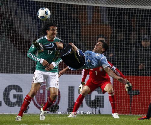 أوروجواي تفلت من كمين مهاجميها 2011-07-13t020119z_01_lpt714_rtridsp_3_soccer-copa_reuters.jpg