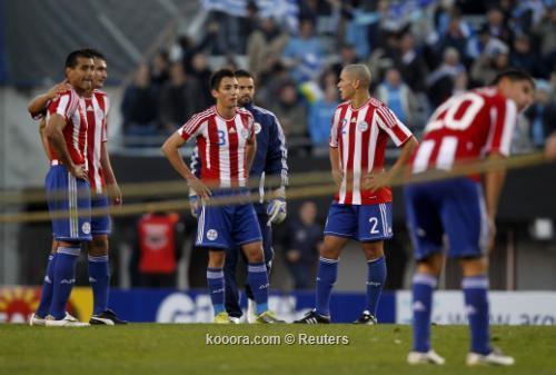 لاعبو باراجواي يرفعون القبعة لنجوم 2011-07-24t221310z_01_jmg48_rtridsp_3_soccer-copa_reuters.jpg