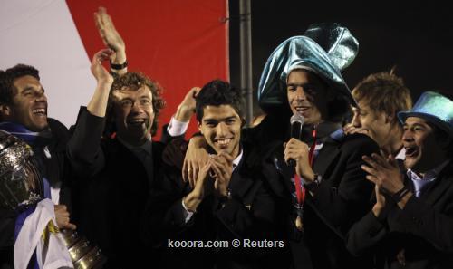 آلاف المشجعين يستقبلون منتخب أوروجواي 2011-07-25t073544z_01_mnt03_rtridsp_3_soccer-copa_reuters.jpg
