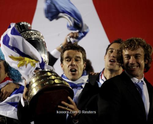 آلاف المشجعين يستقبلون منتخب أوروجواي 2011-07-25t073632z_01_mnt01_rtridsp_3_soccer-copa_reuters.jpg
